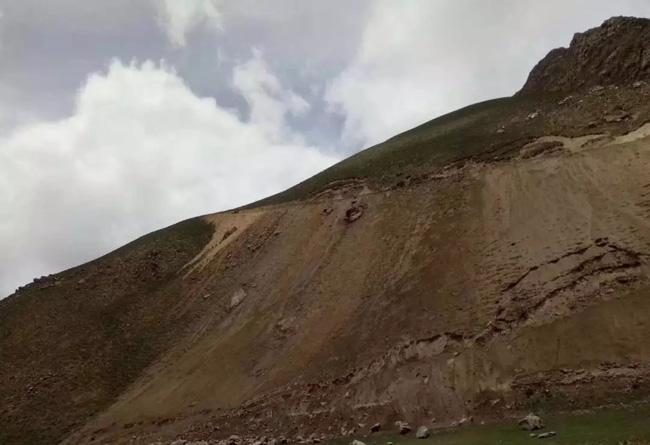 1.2-上山无路,施工人员在陡峭的大山上挖出一条路.webp.jpg