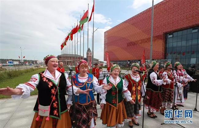 7月2日,在白俄罗斯首都明斯克郊区的中白工业园,身着白俄罗斯民族服装的人们在演唱民族歌曲。(图片来源:新华社 任科夫摄).webp.jpg